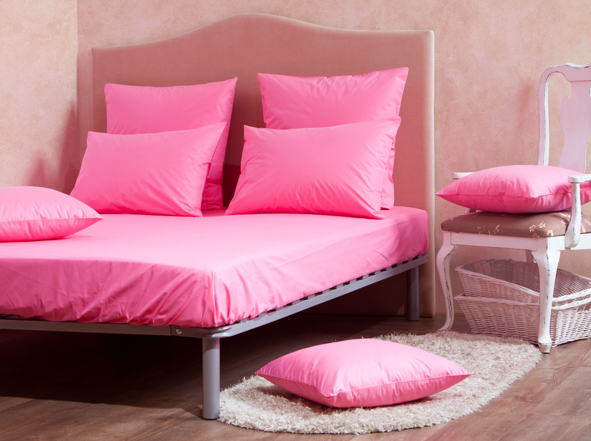 Комплект Mirarossi Gamma di Colori, 1,5-спальный: простыня, 2 наволочки 50х70, цвет: розовыйCLP446Комплект постельного белья Mirarossi Gamma di Colori выполнен из ткани перкаль, произведенной из натурального 100% хлопка. Ткань приятная на ощупь, при этом она прочная, хорошо сохраняет форму и легко гладится. Комплект состоит из простыни на резинке и двух наволочек. Простыня прошита резинкой по всему периметру, что обеспечивает более комфортный отдых, так как она прочно удерживается на матрасе и избавляет от необходимости часто ее поправлять.Простыня подходит для матраса размером: 200 х 140 см.Размер простыни: 212 х 146 х 30 см. Плотность ткани: 135 гр/м2.