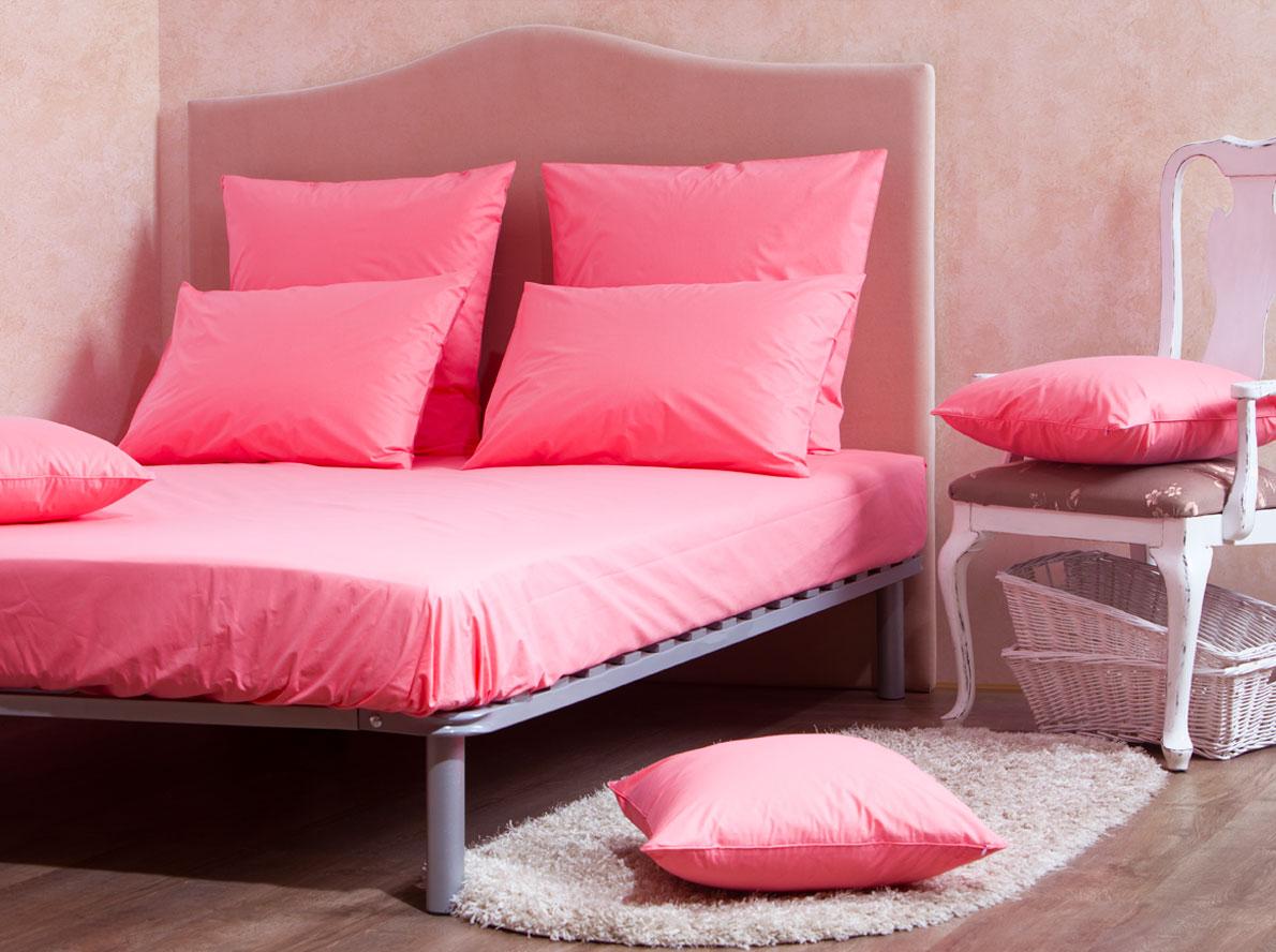 Комплект Mirarossi Gamma di Colori, евро: простыня, 2 наволочки 70х70, цвет: коралловый391602Комплект постельного белья Mirarossi Gamma di Colori выполнен из ткани перкаль, произведенной из натурального 100% хлопка. Ткань приятная на ощупь, при этом она прочная, хорошо сохраняет форму и легко гладится. Комплект состоит из простыни на резинке и двух наволочек. Простыня прошита резинкой по всему периметру, что обеспечивает более комфортный отдых, так как она прочно удерживается на матрасе и избавляет от необходимости часто ее поправлять.Простынь подходит для матраса размером: 200 х 180 см. Размер простыни: 212 х 186 х 15 см. Плотность ткани: 135 гр/м2.