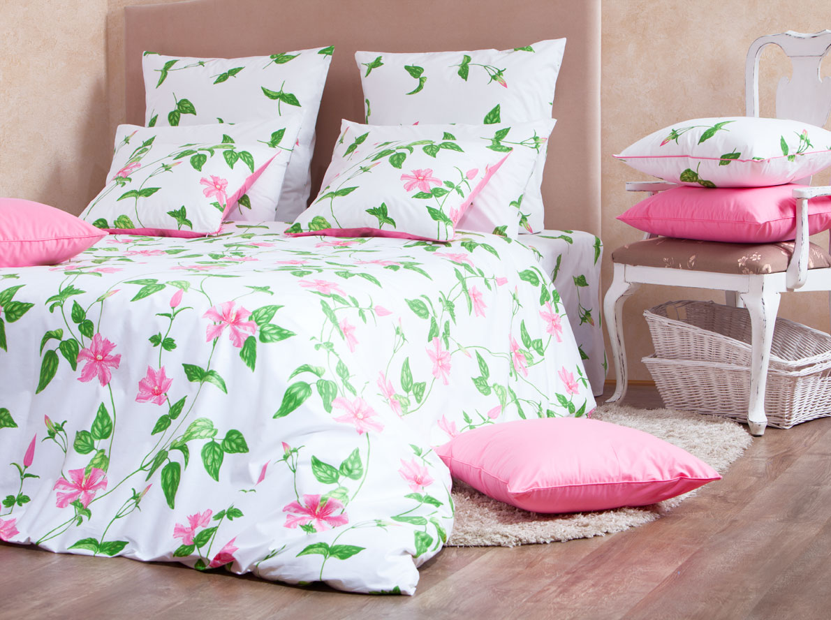 Комплект белья Mirarossi Veronica, 1,5-спальный, наволочки 70х70, цвет: белый, розовый, зеленый391602Роскошный комплект постельного белья Mirarossi Veronica выполнен из ткани Перкаль, натурального 100% хлопка. Ткань приятная на ощупь, при этом она прочная, хорошо сохраняет форму и не образует катышков на поверхности. Инновационная технология обработки ткани Easy Care позволяет белью дольше оставаться свежим. Органические активные вещества Easy Care на основе натуральных компонентов, эффективно препятствуют сминаемости и деформации ткани, что позволяет вам практически не тратить время на глажку постельного белья. Комплект состоит из пододеяльника, простыни и двух наволочек. Изделия оформлены цветочным принтом. Благодаря такому комплекту постельного белья вы создадите неповторимую атмосферу в вашей спальне.