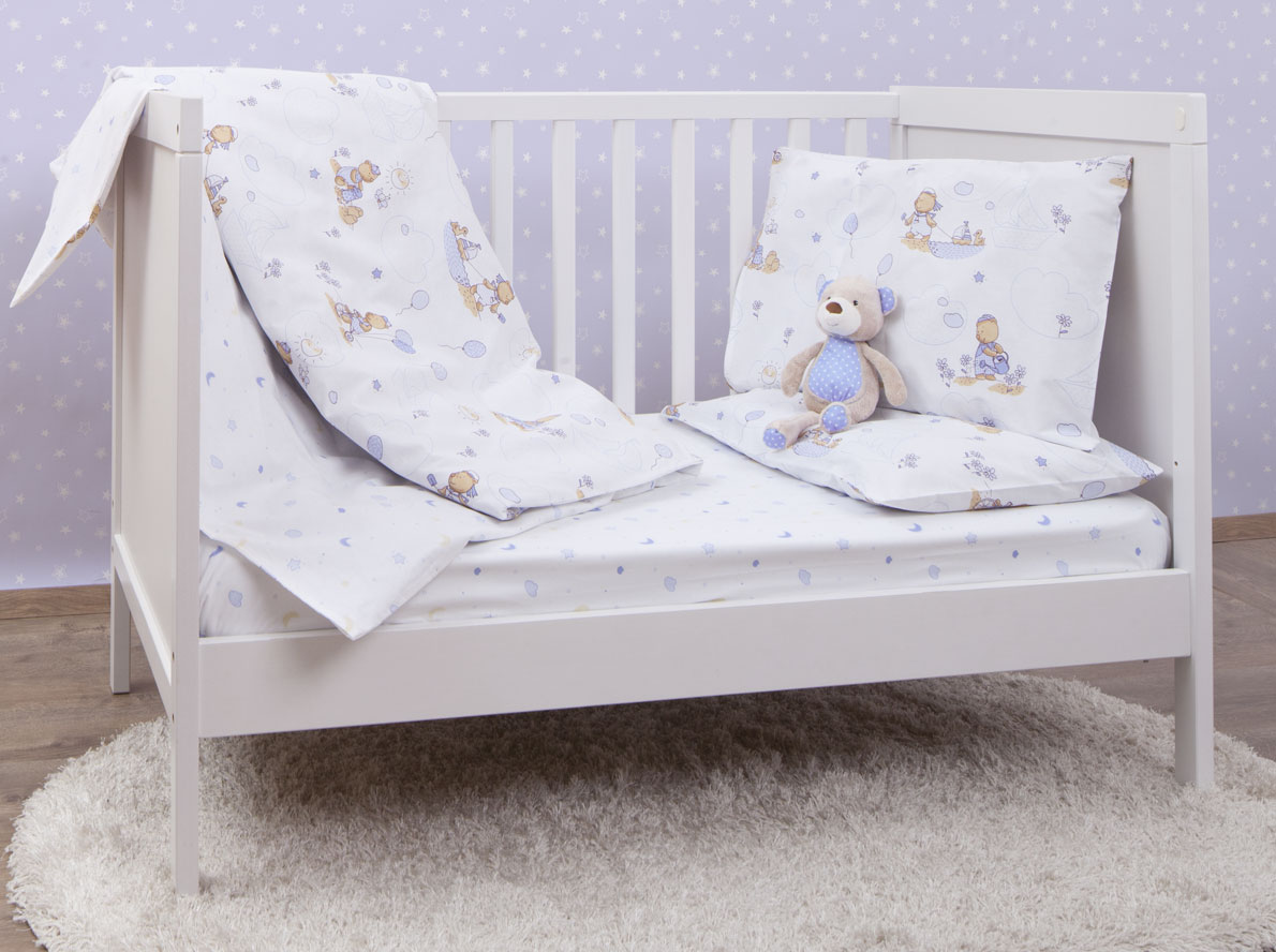 MIRAROSSI Комплект детского постельного белья Малыш521104Комплект постельного белья Mirarossi Малыш, состоящий из наволочки, простыни и пододеяльника, выполнен из качественного ранфорса, специально для детских кроваток. Комплект постельного белья белого цвета и украшен рисунками с забавным мишкой. Комплект с удобной простыней на резинке рассчитан специально для малышей от 0 до 4 лет. Ранфорс - очень плотная ткань, получаемая в результате полотняного переплетения крученых нитей хлопка. Несмотря на повышенную плотность, этот материал отличается необыкновенной мягкостью и шелковистой фактурой. Высокая плотность материала обеспечивает его долговечность и способность выдерживать многочисленные стирки на протяжении многих лет. Белье при этом продолжает оставаться все таким же ярким и привлекательным, поскольку ранфорс не линяет, не скатывается и не садится. Такой комплект идеально подойдет для кроватки вашего малыша. На нем ребенок будет спать здоровым и крепким сном.