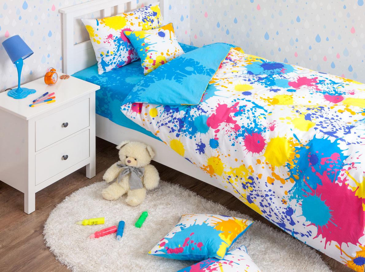 Хлопковый Край Комплект детского постельного белья Happy Blue 1,5-спальный пододеяльник 140 см х 205 см531-105Комплект детского постельного белья Хлопковый Край Happy Blue, состоящий из наволочки, простыни и пододеяльника, выполнен из ранфорса. Комплект постельного белья украшен изображением разноцветных пятен и брызг краски. Ранфорс - очень плотная ткань, получаемая в результате полотняного переплетения кручёных нитей хлопка. Несмотря на повышенную плотность, этот материал отличается необыкновенной мягкостью и шелковистой фактурой. Высокая плотность материала обеспечивает его долговечность и способность выдерживать многочисленные стирки на протяжении многих лет. Бельё при этом продолжает оставаться всё таким же ярким и привлекательным, поскольку ранфорс не линяет, не скатывается и не садится. Такой комплект идеально подойдет для кроватки вашего малыша. На нем ребенок будет спать здоровым и крепким сном.