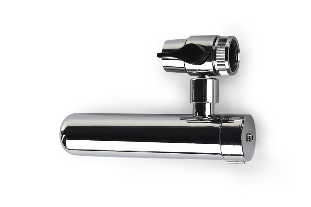 Фильтр насадка на кран Гейзер ЕвроBL505Фильтр Гейзер Евро.Используется для кранов с аэратором. Переключение потока воды осуществляется дивертором (на фильтрацию или в мойку).Насадка комплектуется фильтрующим картриджем, выполненным из материала Арагон, который обеспечивает высокое качество очистки воды, удаляя канцерогенные и органические соединения, хлор, железо, тяжёлые металлы, нитраты, пестициды и микроорганизмы. Улучшает цвет, вкус и запах воды.Фильтр сам подскажет, когда необходимо провести замену или регенерацию, благодаря свойствусамоиндикации – резкому уменьшению напора чистой воды.При этом фильтроэлемент обеспечивает эффект «антисброса», те. исключает проникновение отфильтрованных загрязнений в очищенную воду