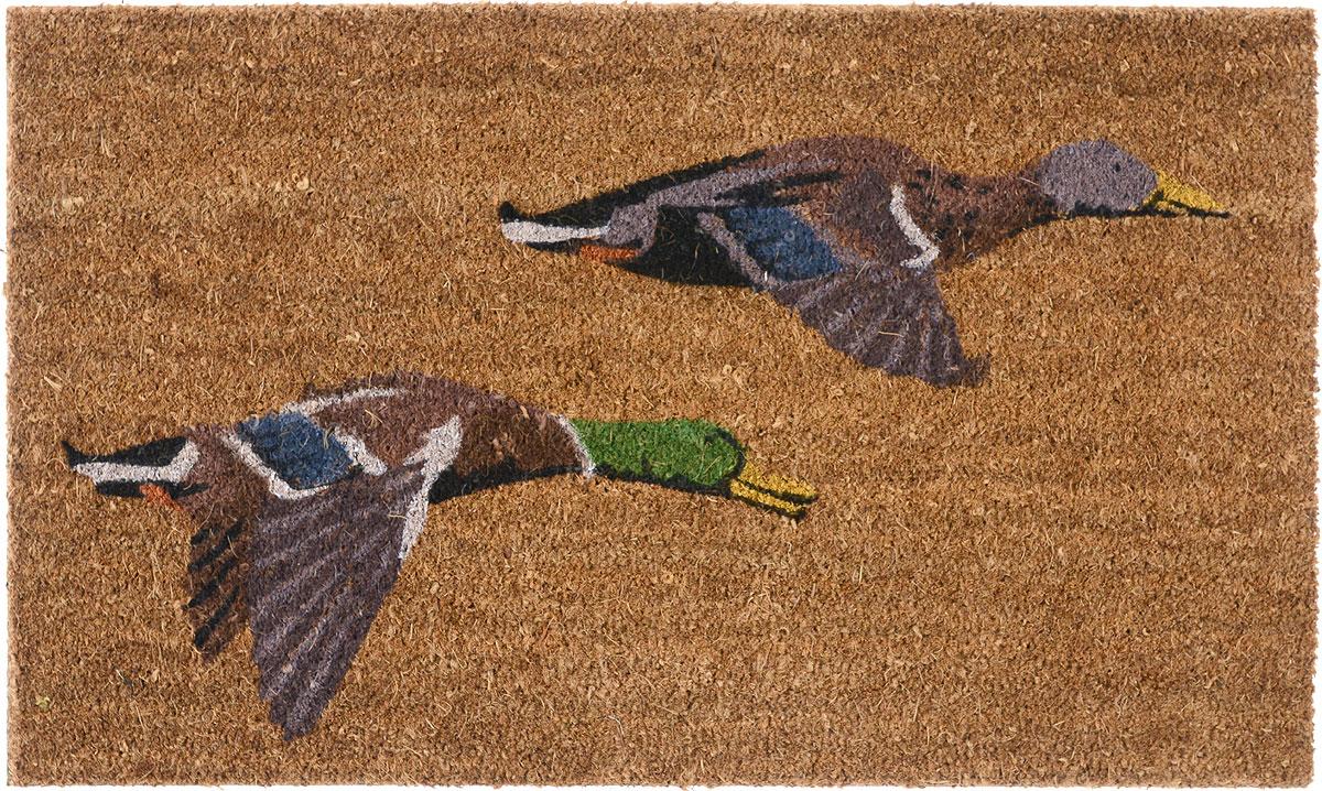 Коврик придверный Gardman Flying Ducks, 45 см х 75 смES-412Придверный коврик Gardman Flying Ducks, изготовленный из кокосового волокна с основой из ПВХ, имеет жесткий ворс. Коврик оформлен оригинальным изображением уток. Его можно использовать отдельно либо с рамкой на резиновой основе для сменных ковриков. Устойчив к любым погодным условиям. Отличается прочностью и долгим сроком службы.Такой коврик прекрасно дополнит интерьер прихожей и надежно защитит помещение от уличной пыли и грязи.