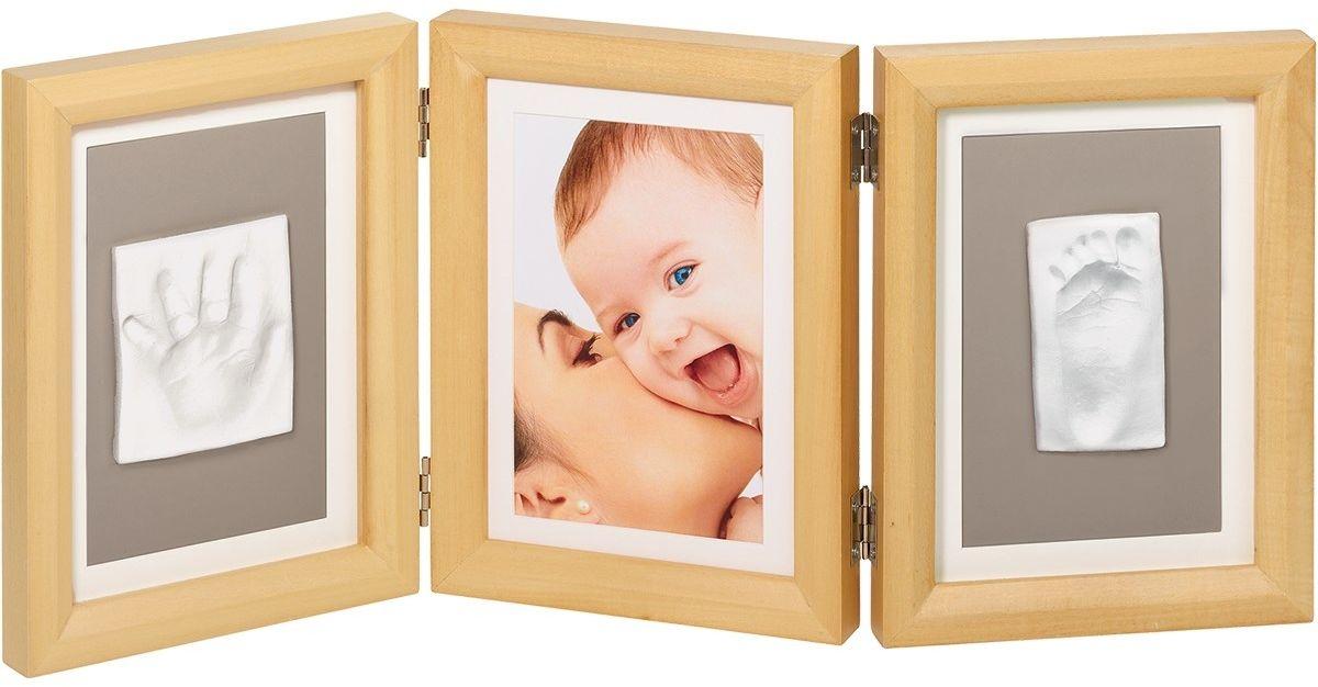 Baby Art Рамочка тройная Классика цвет дерево12723Рамка для оттисков Baby Art - уникальный подарок родителям, позволяющий сохранить фотографию, образ ладошки или ступни вашего малыша на долгие годы.В комплект входят: тройная деревянная рамка со стеклом, тесто для лепки и деревянный валик. На ровной рабочей поверхности нужно раскатать тесто с помощью валика, удалив пузырьки воздуха. Затем сделать отпечатки ручки и ножки малыша. Вырезать прямоугольный кусок теста с оттиском необходимого размера. После того, как тесто затвердеет оттиск можно приклеить в рамочку под стекло при помощи двустороннего скотча. Характеристики:Материал: дерево, стекло, металл, тесто для лепки. Размер одной секции рамки: 16 см х 21,5 см х 2 см. Размер упаковки: 22 см х 17 см х 9,5 см. Изготовитель: Китай.