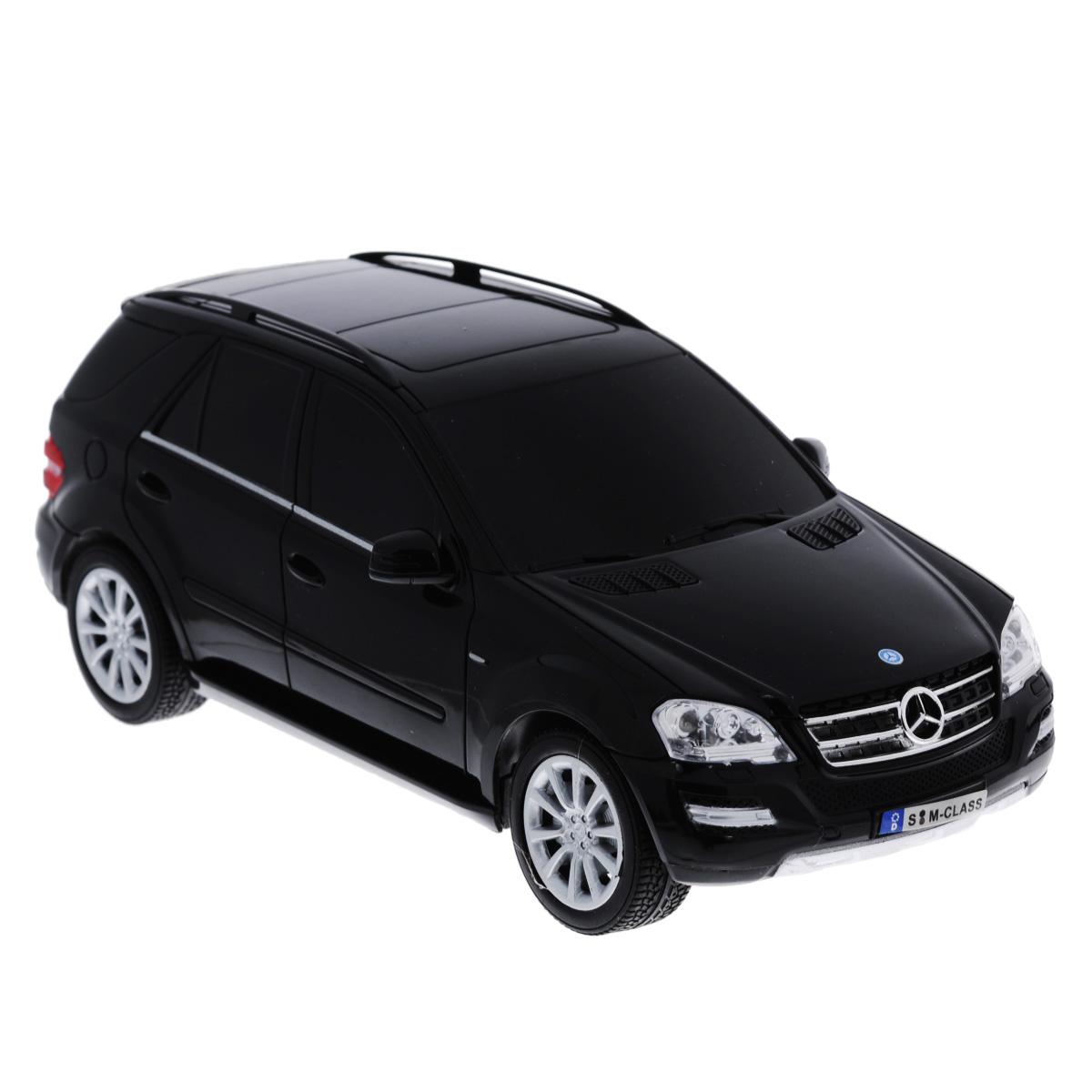 """Все мальчишки любят мощные крутые тачки! Особенно если это дорогие машины известной марки, которые, проезжая по улице, обращают на себя восторженные взгляды пешеходов. Радиоуправляемая модель TopGear """"Mercedes-Benz M350"""" - это детальная копия существующего автомобиля в масштабе 1:18. Машинка изготовлена из прочного легкого пластика; колеса прорезинены. При движении передние и задние фары машины светятся. При помощи пульта управления автомобиль может перемещаться вперед, дает задний ход, поворачивает влево и вправо, останавливается. Встроенные амортизаторы обеспечивают комфортное движение. В комплект входят машинка и пульт управления. Автомобиль отличается потрясающей маневренностью и динамикой. Ваш ребенок часами будет играть с моделью, устраивая захватывающие гонки. Машина работает от сменного аккумулятора (входит в комплект). Для работы пульта управления необходимо докупить 2 батарейки типа АА (товар комплектуется демонстрационными)."""