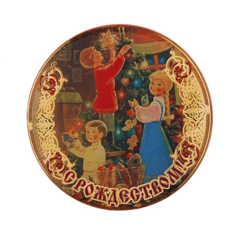 Магнит Sima-land С Рождеством. Елка и дети, диаметр 6 смБрелок для ключейМагнит Sima-land С Рождеством. Елка и дети прекрасно подойдет в качестве сувенира к Рождеству или станет приятным презентом в обычный день. Изделие выполнено из пластика. Магнит - одно из самых простых, недорогих и при этом оригинальных украшений интерьера. Он отлично подойдет в качестве подарка. Эксклюзивный дизайн и поздравительные надписи не оставят равнодушными никого.