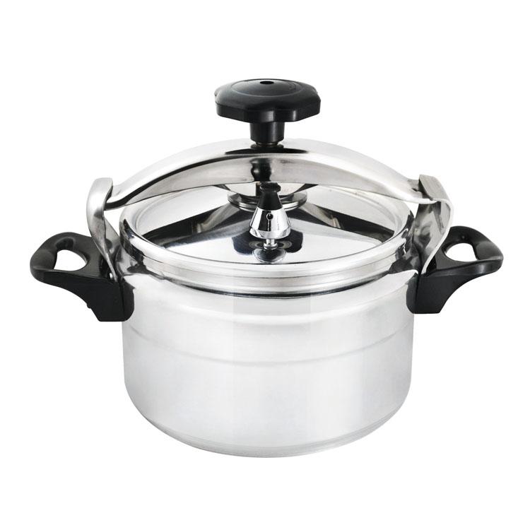 Скороварка Mayer & Boch, 5 л. 499168/5/3Скороварка Mayer & Boch - прекрасный выбор для приготовления здоровой, ароматной и полезной пищи. Изделие имеет толстый алюминиевый корпус с внешней зеркальной полировкой. Это материал, зарекомендовавший себя как идеально подходящий для изготовления кухонной посуды. Материал изделия обеспечивает устойчивость к механическим повреждениям, практичность и долговечность. Благодаря высокой теплопроводности алюминия, еда нагревается быстро, и материал хорошо сохраняет тепло.Скороварка безопасна и надежна в использовании, позволяет готовить с небольшим количеством воды и жарить с небольшим количеством жира, при готовке минимизируется потеря витаминов, минералов и аромата. Пища готовится здоровой, вкусной и полезной, поэтому скороварка особенно подходит для диетического меню. Скороварка готовит при высоких температурах. Плотно прилегающая крышка и дополнительное уплотнительное кольцо предотвращают выход пара. Благодаря этому давление возрастает, позволяя температуре внутри изделия подняться выше нормальной отметки при варке 212°F (100°C) и подняться до отметки в 250°F (121°C). Горячий пар распределяется по всей внутренней поверхности изделия, что позволяет готовить здоровую и вкусную пищу намного быстрее. В комплекте предусмотрен буклет с описанием времени приготовления основных блюд. Посуда подходит для использования на газовых, стеклокерамических, электрических плитах. Также изделие можно мыть в посудомоечной машине. Диаметр (по верхнему краю): 22 см. Высота стенки: 14 см. Толщина стенки: 2 мм. Толщина дна: 6 мм.