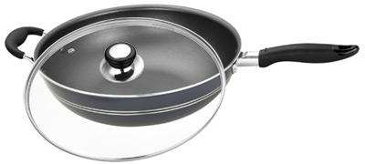 Сковорода-вок Calve с крышкой, с тефлоновым покрытием. Диаметр 32 смCL-1108Сковорода-вок Calve изготовлена из алюминия с высококачественным тефлоновым покрытием. Не содержит вредных примесей, что способствует здоровому и экологичному приготовлению пищи. Кроме того, с таким покрытием пища не пригорает и не прилипает к стенкам, поэтому можно готовить с минимальным добавлением масла и жиров. Гладкая, идеально ровная поверхность сковороды легко чистится.Эргономичная ручка, выполненная из пластика, не нагревается и не скользит, а крышка из жаропрочного стекла с отверстием для вывода пара позволит следить за процессом приготовления еды. Подходит для всех типов плит, кроме индукционных. Можно мыть в посудомоечной машине.Диаметр сковороды: 32 см.Длина ручки: 18 см.Высота стенки: 9 см.
