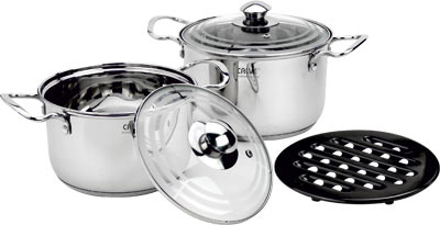 Набор кухонной посуды Calve, с подставкой, 5 предметов. CL-182954 009312Набор Calve состоит из 2 кастрюль, 2 крышек и бакелитовой подставки. Изделия изготовлены из высококачественной нержавеющей стали. Матовая полировка придает посуде безупречный внешний вид.Благодаря уникальной конструкции дна, тепло, проходя через металл, равномерно распределяется по стенкам посуды. Для приготовления пищи в такой посуде требуется минимальное количество масла, тем самым уменьшается риск потери витаминов и минералов в процессе термообработки продуктов. Крышки выполнены из жаростойкого прозрачного стекла и нержавеющей стали, оснащены ручкой и отверстием для выпуска пара. Такие крышки позволяют следить за процессом приготовления пищи без потери тепла. Они плотно прилегают к краю и сохраняют аромат блюд. Бакелитовая подставка позволит без опасения поставить кастрюлю на любую поверхность.Подходит для всех типов плит, включая индукционные. Можно мыть в посудомоечной машине.Объем кастрюль: 3,9 л и 3,1 лДиаметр кастрюль: 20 см и 18 см