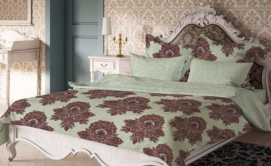 Комплект белья Волшебная ночь Геральдина, 1,5-спальный, наволочки 50х70 и 40х40, цвет: светло-зеленый, коричневый. 18840768803Комплект белья Волшебная ночь Геральдина состоит из пододеяльника, простыни, двух наволочек на спальные подушки и одной наволочки на подушку-думочку. Комплект выполнен из сатина - плотной ткани с мягким грифом. Изделия оформлены красивым рисунком в стиле версаль, который сделает спальню модной и стильной. Сатин - это натуральная ткань, которая производится из хлопкового волокна. Полотно этого материала весьма приятное на ощупь. Кроме этого, его отличие состоит в своеобразном блеске. Сатин обладает высокой прочностью и стойкостью к выцветанию, выдерживает большое количество стирок. Рекомендации по уходу: - Машинная и ручная стирка при температуре 60°C,- Не отбеливать, - Гладить при высокой температуре, - Сушить в стиральной машине при средней температуре, - Химчистка запрещена.