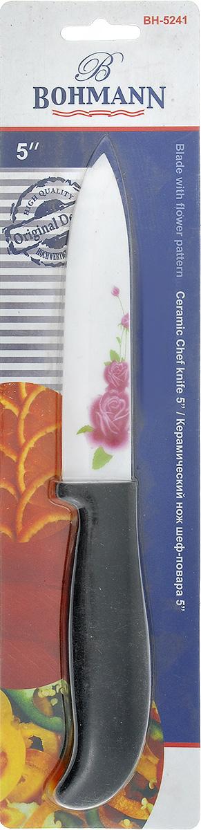 Нож шеф-повара Bohmann, керамический, длина лезвия 12,5 см5241BHНож Bohmann изготовлен из высококачественной керамики белого цвета с цветочным узором. Такойнож отлично подходит для нарезки мяса, измельчения овощей, фруктов. Керамическая поверхность значительно улучшает гигиенические свойства ножа иуменьшает процесс окисления, помогая сохранить полезные свойства продукта. Оночень легкий и абсолютно не ржавеет. Эргономичная рукоятка ножа выполнена изпластика черного цвета. Керамический нож Bohmann предоставит вам все необходимые возможности вуспешном приготовлении пищи. Не резать на стеклянных и металлическихповерхностях. Желательно использовать пластиковые и деревянные разделочные доски.Не рубить кости и замороженные продукты.Можно мыть в посудомоечной машине. Общая длина ножа: 24,5 см.