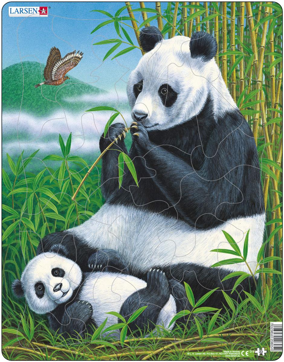 """Пазлы Ларсен направлены, прежде всего, на обучение. Пазл Larsen """"Панды"""" это не только яркая картинка, он также знакомит ребенка с представителями живой природы, милыми пандами. Звери, среда их обитания и повадки переданы с фотографической точностью. Выполненные из высококачественного трехслойного картона, пазлы не деформируются и легко берутся в руки. Все пазлы снабжены специальной подложкой, благодаря чему их удобно собирать. Размер готового пазла: 36,5 см х 28,5 см."""