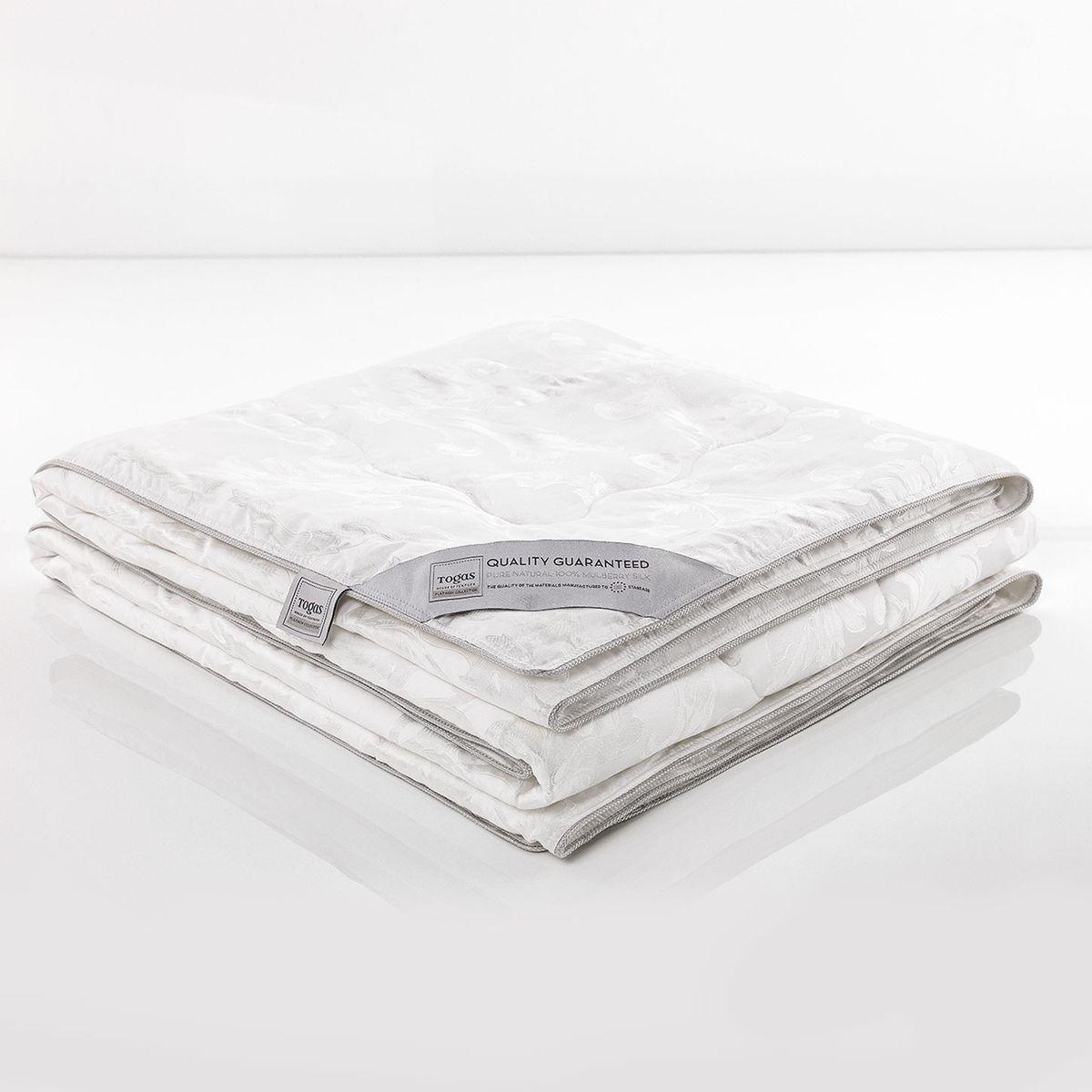 """Одеяло Шелк В Шелке, 220 х 240 см. 47.33531-105Если Вы стремились к совершенству, - Вы его достигли: одеяло «Шелк в шелке» - настоящая жемчужина коллекции Togas. Ничто не сравнится с прикосновением натурального шелка к Вашей коже… Шелк - прекрасный натуральный терморегулятор. Он способен быстро поглощать тепло и поддерживать неизменную температуру тела вне зависимости от условий окружающей среды, создавая идеальный микроклимат. Шелк дышит: он хорошо впитывает и испаряет влагу, """"кондиционирует"""" тело во время сна, насыщая его кислородом.Одеяло, сделанное из натурального шелка сорта Малбери, отличается особой нежностью и абсолютной невесомостью."""