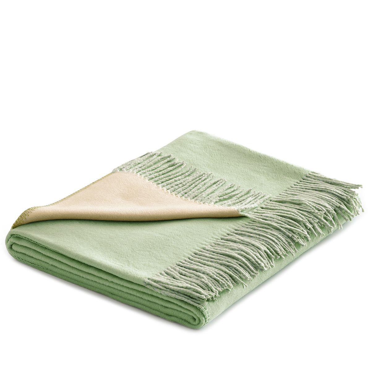 Плед Togas Хлопок-Шелк, цвет: бежевый, зеленый, 140 х 180 смFA-5125 WhiteУтонченный плед Togas Хлопок-Шелк - это высшая роскошь и настоящее наслаждение. Нежное, скользящее прикосновение этой божественной ткани наполняет блаженством и легкостью. Необычный дизайн позволяет в мгновение ока трансформировать пространство вашей спальни или гостиной: просто поверните плед стороной того цвета, который вам сейчас по душе, - и наслаждайтесь непринужденной грацией элегантно драпирующихся складок, ниспадающих шелковистым каскадом. Несмотря на удивительную тонкость и невесомость, плед из 75% шелка и 25% хлопка очень практичен и прост в уходе, а значит - прослужит вам долгие годы, став неотъемлемой частью вашего уюта и комфорта.