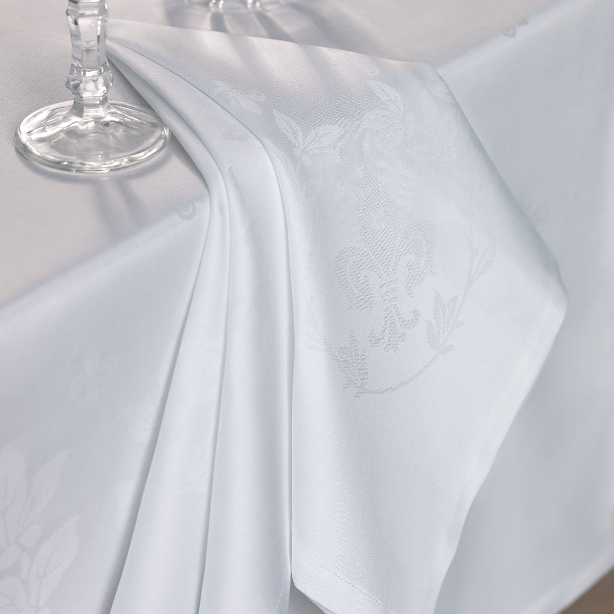 Салфетка для сервировки стола Togas Роял, цвет: белый, 53 х 53 смCLP446Салфетка для сервировки стола Togas Роял, выполнена из высококачественного 100% хлопка.Салфетка декорирована барочным орнаментом, имитирующим лепнину на потолке. Расходящиеся изогнутые линии узора образуют круглую центральную часть.Изделия из хлопка просты в эксплуатации, легко стираются и сохраняют свои эстетические свойства в течение долгого времени. Натуральные, мягкие и комфортные, салфетки из хлопка прослужат вам долгие годы и станут незаменимым элементом декора - и вашего личного комфорта.