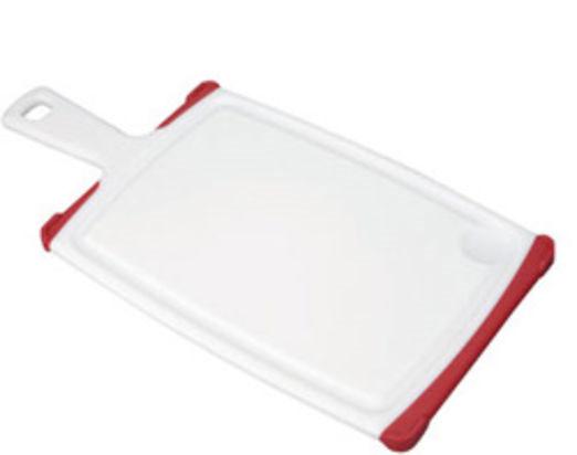 Доска разделочная Tescoma Cosmo, с ручкой, цвет: красный, белый, 35,5 см х 18 см68/5/3Разделочная доска Tescoma Cosmo, изготовленная из высококачественного прочного пластика, станет незаменимым атрибутом приготовления пищи. Она идеально подходит для разделки мяса, рыбы, приготовления теста и нарезки любых продуктов. А особый дизайн краев с желобком способствует задерживанию жидкостей и остатков продуктов. Изделие оснащено прорезиненными цветными вставками для предотвращения скольжения по столу. Доска предназначена для ежедневного интенсивного использования. Современный стильный дизайн и функциональность разделочной доски Tescoma Cosmo позволит занять ей достойное место на вашей кухне.Можно мыть в посудомоечной машине.Общий размер доски (с учетом ручки): 35,5 см х 18 см х 1,3 см.Длина ручки: 9,5 см.