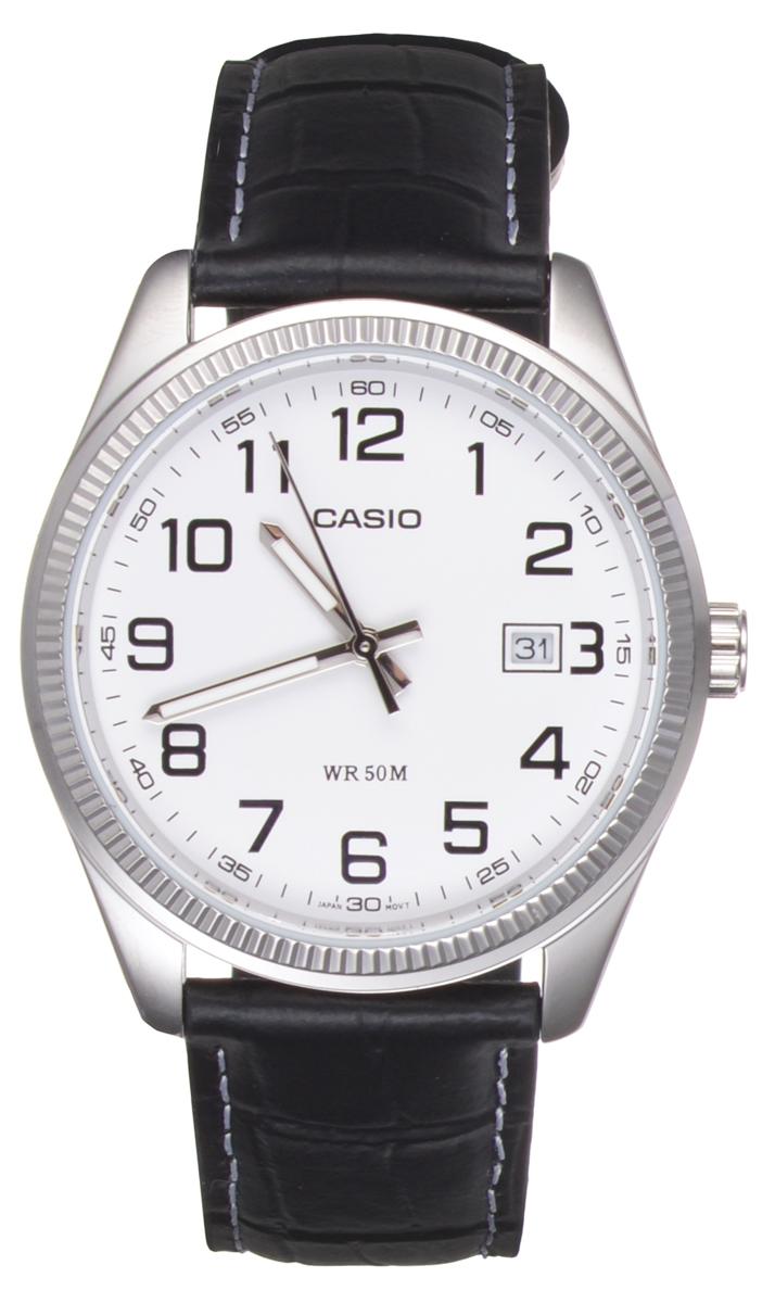 Часы мужские наручные Casio, цвет: черный, белый. MTP-1302PL-7BBM8434-58AEСтильные мужские часы Casio выполнены из гипоаллергенной латуни, натуральной кожи и минерального стекла. Корпус часов дополнен символикой бренда, а также практичным кожаным ремнем с тиснением под рептилию.Корпус изделия имеет степень влагозащиты равную 5 atm. Часы оснащены индикатором даты. Ремень изделия дополнен практичной застежкой-пряжкой, которая позволит моментально снимать и одевать часы без лишних усилий.Изделие поставляется в фирменной упаковке.Часы Casio подчеркнут мужской характер и отменное чувство стиля у их обладателя.