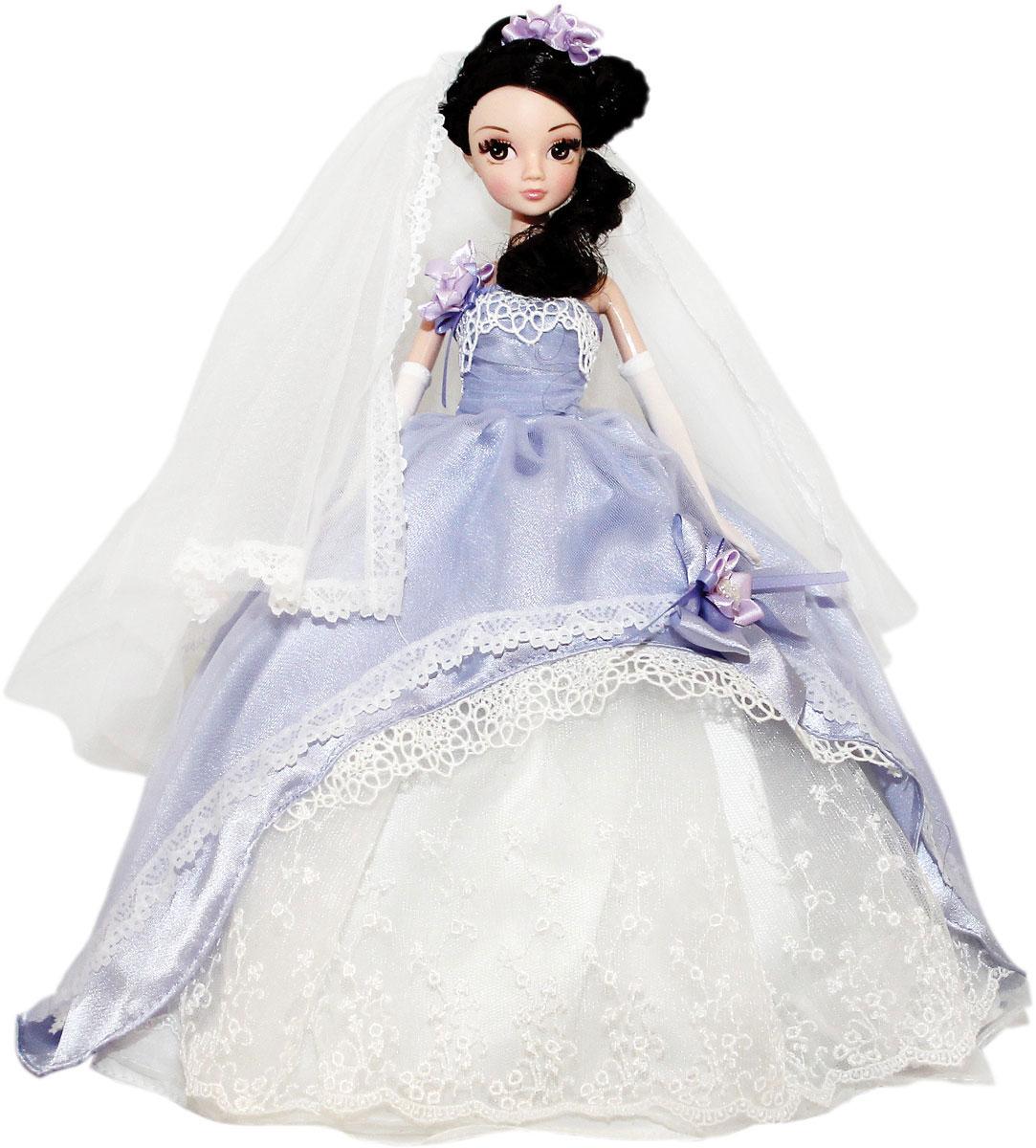 """Кукла Sonya Rose """"Gold Collection. Нежная сирень"""" одета в красивое пышное свадебное платье сиреневого и белого цветов, украшенное крупным бантом с цветочком и бусинами. Ее длинные густые темные волосы украшены фатой с кружевной отделкой и цветочками. У куколки длинные густые ресницы, красивый макияж и чудесная прическа. Дополнением к наряду идут туфельки в тон и длинные перчатки. Руки, ножки и голова куколки подвижны. В комплект входит вертикальная подставка для куколки. Такая очаровательная кукла обязательно понравится вашей малышке."""