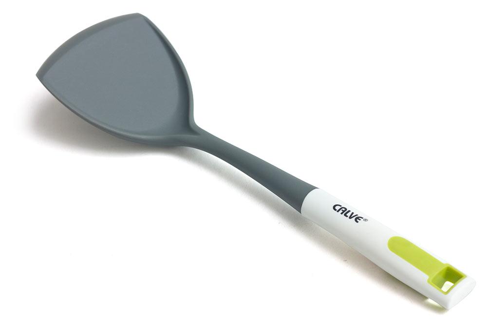 Лопатка Calve, широкая. CL-130568/5/4Лопатка Calve, изготовленная из нейлона, безопасна для посуды с антипригарным и керамическим покрытием. Удобная прорезиненная рукоятка оснащена отверстием для подвешивания и имеет специальный упор, чтобы рабочая часть изделия не загрязняла поверхность стола. Практичная и удобная лопатка Calve займет достойное место среди аксессуаров на вашей кухне..