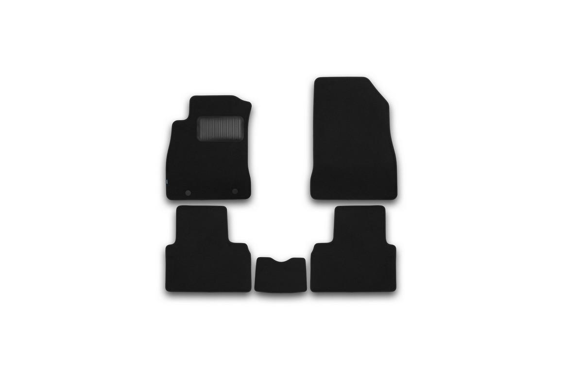 Набор автомобильных ковриков Klever для Nissan Juke 2010-, кроссовер, в салон, 5 шт. KVR03363522110khВетерок 2ГФНабор автомобильных ковриков Klever, изготовленный из текстиля, состоит из 5 ковриков, которые учитывают все особенности каждой модели автомобиля и полностью повторяют контуры пола. Текстильные автомобильные коврики для салона произведены из высококачественного материала, который держит форму, прочный и не пачкает обувь. Коврики в салон не только улучшат внешний вид салона вашего автомобиля, но и надежно уберегут его от пыли, грязи и сырости, а значит, защитят кузов от коррозии. Текстильные коврики для автомобиля мягкие и приятные, а их основа из вспененного полиуретана не пропускает влагу. Ковры для автомобилей надежно крепятся на полу и не скользят, что очень важно во время движения. Чистятся коврики очень просто: как при помощи автомобильного пылесоса, так и различными моющими средствами. Набор подходит для Nissan Juke кроссовер с 2010 года выпуска.