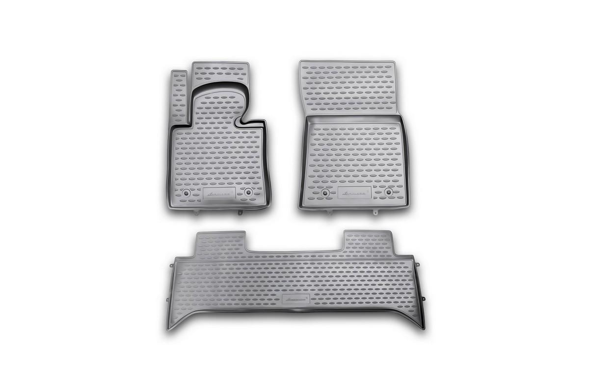 Набор автомобильных ковриков Novline-Autofamily для Land Rover Range Rover III 2001-2010-, в салон, 3 штВетерок 2ГФНабор автомобильных ковриков Novline-Autofamily, изготовленный из полиуретана, состоит из 3 ковриков, которые учитывают все особенности каждой модели автомобиля и полностью повторяют контуры пола. Полиуретановые автомобильные коврики для салона произведены из высококачественного материала, который держит форму, прочный и не пачкает обувь. Коврики в салон не только улучшат внешний вид салона вашего автомобиля, но и надежно уберегут его от пыли, грязи и сырости, а значит, защитят кузов от коррозии. Полиуретановые коврики для автомобиля гладкие, приятные и не пропускают влагу. Ковры для автомобилей надежно крепятся на полу и не скользят, что очень важно во время движения. Чистятся коврики очень просто: как при помощи автомобильного пылесоса, так и различными моющими средствами. Набор подходит для Land Rover Range Rover III 2001-2010 и более поздних годов выпуска.