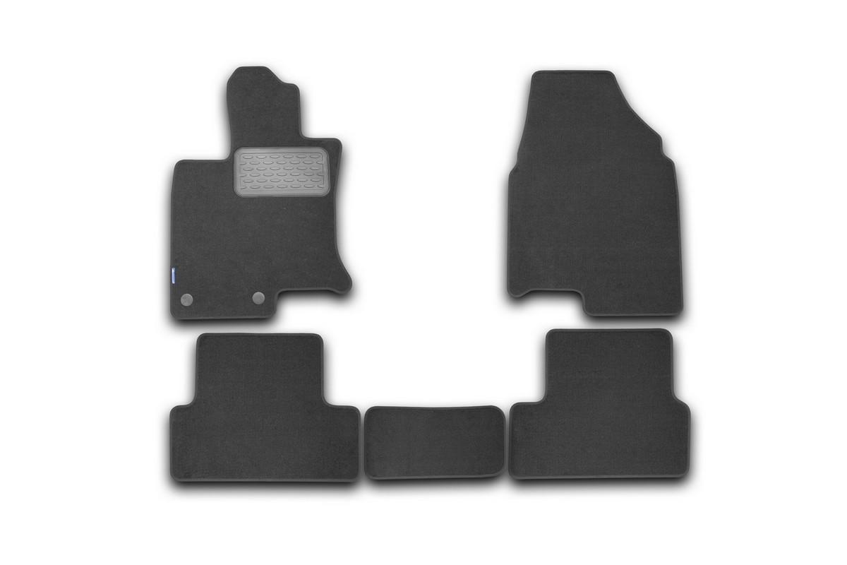 Набор автомобильных ковриков Novline-Autofamily для Nissan Qashqai 2007-, кроссовер, в салон, 5 шт. NLT.36.37.11.110khNLC.48.06.210kНабор автомобильных ковриков Novline-Autofamily, изготовленный из текстиля, состоит из 4 ковриков, которые учитывают все особенности каждой модели автомобиля и полностью повторяют контуры пола. Текстильные автомобильные коврики для салона произведены из высококачественного материала, который держит форму, прочный и не пачкает обувь. Коврики в салон не только улучшат внешний вид салона вашего автомобиля, но и надежно уберегут его от пыли, грязи и сырости, а значит, защитят кузов от коррозии. Текстильные коврики для автомобиля мягкие и приятные, а их основа из вспененного полиуретана не пропускает влагу. Ковры для автомобилей надежно крепятся на полу и не скользят, что очень важно во время движения. Чистятся коврики очень просто: как при помощи автомобильного пылесоса, так и различными моющими средствами. Набор подходит для Nissan Qashqai кроссовер с 2007 года выпуска.