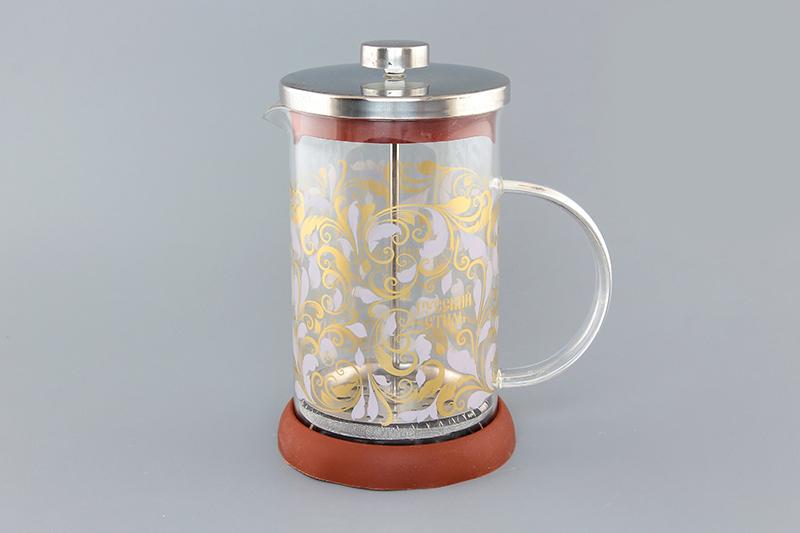Френч-пресс Viva DeLuxe Русские узоры, 800 млVT-1520(SR)Френч-пресс Viva DeLuxe Русские узоры незаменим для любителей чая и кофе. Чайник имеет подставку из силикона, которая защищает поверхность стола и столешниц. Емкость выполнена из термостойкого боросиликатного стекла, устойчивого к 180°С. Емкость прозрачная, что позволяет видеть количество жидкости в чайнике. Поршень из нержавеющей стали используется для отжима чая и фильтрации. Френч-прессом легко пользоваться. Положите в чайник чай или кофе грубого помола, наполните водой, установите крышку с поднятым поршнем и оставьте на 5 минут, опустите поршень. Весь осадок останется внизу, и вы получите отфильтрованный напиток. Такой чайник очень удобен и практичен в эксплуатации. Диаметр колбы: 10 см.
