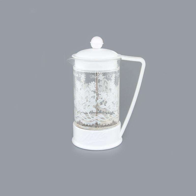 Френч-пресс Viva Вологодское кружево, цвет: прозрачный, белый, 600 мл391602Френч-пресс Viva Вологодское кружево незаменим для любителей чая и кофе. Чайник имеет подставку с ручкой из пластика. Емкость выполнена из термостойкого боросиликатного стекла, устойчивого к 180°С. Емкость прозрачная, что позволяет видеть количество жидкости в чайнике. Поршень из нержавеющей стали используется для отжима чая и фильтрации. Френч-прессом легко пользоваться. Положите в чайник чай или кофе грубого помола, наполните водой, установите крышку с поднятым поршнем и оставьте на 5 минут, опустите поршень. Весь осадок останется внизу, и вы получите отфильтрованный напиток. Такой чайник очень удобен и практичен в эксплуатации. Можно мыть в посудомоечной машине.