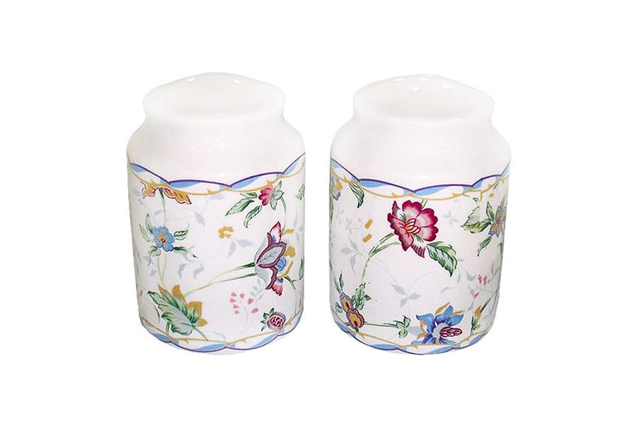 Набор для специй Imari Букингем, 2 предметаVT-1520(SR)Великолепный набор Imari Букингем, выполненный из высококачественной керамики, состоит из перечницы и солонки. Изделия декорированы ярким цветочным изображением и имеют стильный внешний вид.Емкости для специй просты в использовании:стоит только перевернуть емкости, и вы с легкостью сможете поперчить или добавить соль по вкусу в любое блюдо.Дизайн, эстетичность и функциональность набора позволят ему стать достойным дополнением к кухонному инвентарю. Можно мыть в посудомоечной машине.