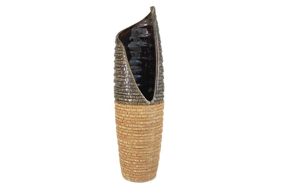 Ваза SDJ Мадагаскар, высота 40 см504150Роскошная ваза SDJ Мадагаскар изготовлена из высококачественной керамики с декором в этническом стиле. Особенностью вазы является сочетание различных текстур на поверхности. Контрастность матовой или глянцевой поверхности с рельефными участками создает динамичный яркий образ. Ваза красиво переливается и излучает приятный блеск, а оригинальная форма делает ее изящным украшением интерьера. Этнический стиль в декоре интерьера появился в начале XX века и с тех пор продолжает завоевывать все больше поклонников. Это связано с интересом людей ко всему необычному и экзотическому, что делает жизнь более интересной и яркой. Ваза SDJ Мадагаскар прекрасно дополнит любой интерьер и станет желанным и стильным подарком. Высота вазы: 40 см.