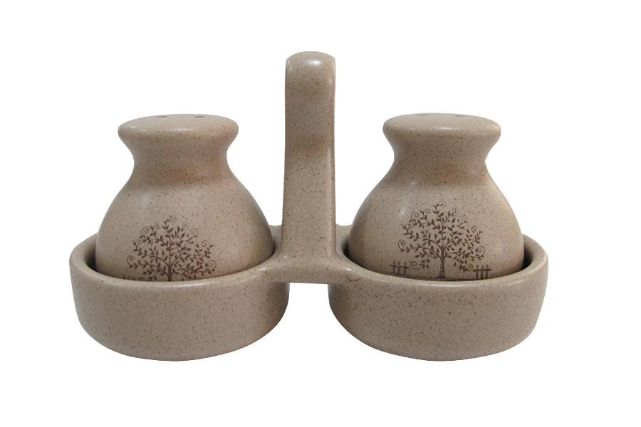 Набор для специй Terracotta Дерево жизни, 3 предметаFD 992Набор для специй Terracotta Дерево жизни состоит из двух емкостей для соли и перца и подставки. Изделия выполнены из высококачественной керамики без содержания химических примесей. Глазурь защищает изделия, делает их более прочными и износостойкими. Емкости декорированы изображением дерева. Такой набор для специй красиво дополнит сервировку стола и станет незаменимым аксессуаром на вашей кухне. Можно мыть в посудомоечной машине и использовать в СВЧ.