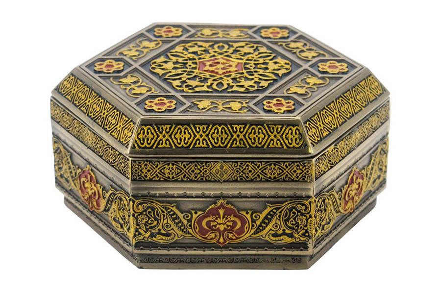Шкатулка Veronese Арабеска, 12 х 12 х 5,5 смшк.ал.11Шкатулка Veronese Арабеска изготовлена из полистоуна в восточном стиле и оформлена изысканной резьбой. Такая шкатулка отлично подойдет для хранения ювелирных украшений. Шкатулка дополнит интерьер вашей комнаты и станет отличным подарком, который обязательно понравится владельцу.