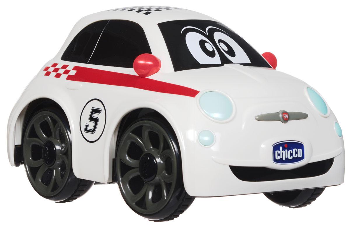 """Машинка на радиоуправлении Chicco """"Fiat 500 Sport"""" выполнена в виде гоночной машинки с эстетикой, характером и энергией настоящего автомобиля Fiat 500 Sport. Руль - это удобный пульт управления. Прямо как у настоящего спорткара! Просто поверните его влево или вправо, чтобы машинка изменила направление движения, а также нажмите на кнопку посередине и услышите звук гудка. Fiat 500 - это модель, считающаяся жемчужиной итальянского автомобилестроения во всем мире. Первая модель была создана в 1936 году и была такой крошечной, что в народе ее прозвали Topolino (с итальянского """"мышонок""""), а сегодня эту машинку с игрушечной внешностью обожают все - от мала до велика. Для работы игрушки необходимы 2 батарейки типа АА (не входят в комплект). Для работы пульта управления необходимы 3 батарейки типа ААА (не входят в комплект)."""