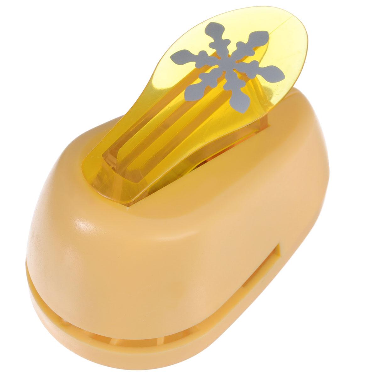 Дырокол фигурный Hobbyboom Снежинка, цвет: желтый, №203, 2,5 смFS-00102Дырокол фигурный Hobbyboom Снежинка, выполненный из прочного пластика и металла, используется в скрапбукинге для украшения открыток, карточек, коробочек и прочего.Применяется для прорезания фигурных отверстий в бумаге в форме снежинки. Вырезанный элемент также можно использовать для украшения.Предназначен для бумаги плотностью от 80 до 200 г/м2. При применении на бумаге большей плотности или на картоне, дырокол быстро затупится. Чтобы заточить нож компостера, нужно прокомпостировать самую тонкую наждачку. Диаметр готовой фигурки: 2,5 см.