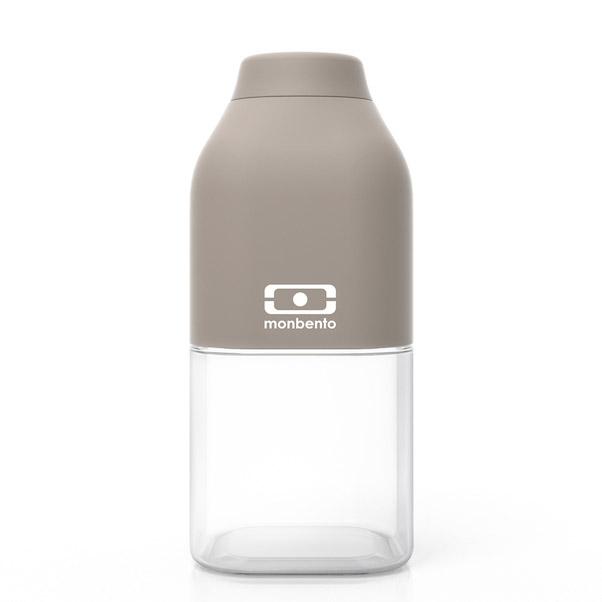 Бутылка Monbento Positive 0,33 л серая. 1011 01 110VT-1520(SR)Наполовину полон или наполовину пуст? Известная шутка со стаканом измеряет оптимизм, ну а бутылка от Monbento им наполняет, даря заряд позитива и хорошего настроения. Прозрачная половинка плюс цветная крышка из приятного прорезиненного пластика – получается идеальная бутылка небольшого размера, но отличной вместимости. Многоразовая бутылка вместимостью 330 мл пригодится в спортзале, на прогулке, дома, на даче – в общем, везде! Забудьте про одноразовые пластиковые ёмкости – они не красивые, да и засоряют окружающую среду. А такая красота в руках точно привлечет взгляды окружающих. Герметично закрывается. Изготовлена из безопасного пищевого пластика (BPA free). Можно мыть в посудомоечной машине.