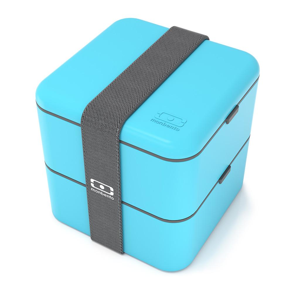 Ланч-бокс Monbento Square, цвет: голубой, 1,7 л21395599Ланчбокс Monbento Square изготовлен из высококачественного пищевого пластика с приятным на ощупь прорезиненным покрытием soft-touch. Предназначен для хранения и переноски пищевых продуктов. Ланчбокс представляет собой два прямоугольных контейнера, в которых удобно хранить различные блюда. В комплекте также предусмотрена емкость для соуса, которая удобно помещается в одном из контейнеров. Контейнеры вакуумные, что позволяет продуктам дольше оставаться свежими и вкусными. Боксы дополнительно фиксируются друг над другом эластичным ремешком. Компактные размеры позволят хранить ланчбокс в любой сумке. Его удобно взять с собой на работу, отдых, в поездку. Теперь любимая домашняя еда всегда будет под рукой, а яркий дизайн поднимет настроение и подарит заряд позитива. Можно использовать в микроволновой печи и для хранения пищи в холодильнике, можно мыть в посудомоечной машине. В крышке каждого контейнера - специальная пробка, которую надо вытащить, если вы разогреваете еду.