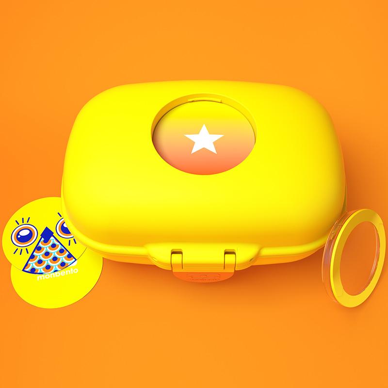 Ланч-бокс Monbento Gram банановый. 3000 02 011VT-1520(SR)Маленькая коробочка, в которой спрятаны съедобные сокровища! Этот ланч-бокс придется по душе детям благодаря яркому цвету и смешному дизайну. Съемные жетоны на крышке можно менять (в комплекте 4 штуки) или даже придумывать и делать самому. Подойдет для бутербродов, овощных и фруктовых нарезок, вкусностей и сладостей, которые мамы заботливо пакуют ребенку в детский сад или в школу. Плотно и надежно закрывается, можно брать даже в поход! Объем контейнера - 600 мл. Можно мыть в посудомоечной машине. Сделан из безопасных пищевых материалов без примеси вредного бисфенола-А (BPA free).