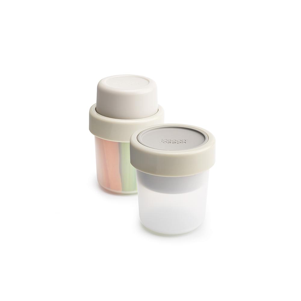 Ланч-бокс для перекусов Joseph Joseph GoEat, цвет: серый. 8102621395599Ланч-бокс для салатов Joseph Joseph GoEat- новая линейка универсальных контейнеров с отдельными ёмкостями для разных продуктов специально разработана для того, чтобы вы могли брать с собой в офис или на прогулку разные блюда для полноценного обеда. Компактный контейнер Space-saving snack pot отлично подходит для небольших перекусов, таких как мюсли с йогуртом или хумус с овощами. Смешать ингредиенты вы можете непосредственно перед обедом.Все контейнеры имеют герметичную силиконовую крышку и надёжное блокирующее кольцо, что гарантирует сохранность продуктов и обезопасит от протекания.Когда контейнеры пустые, они легко складываются друг в друга для удобной переноски. Верхняя ёмкость - 100 мл.Нижняя ёмкость - 210 мл .Можно мыть в посудомоечной машине. Контейнеры можно разогревать в микроволновой печи, предварительно удалив кольцо и крышку.