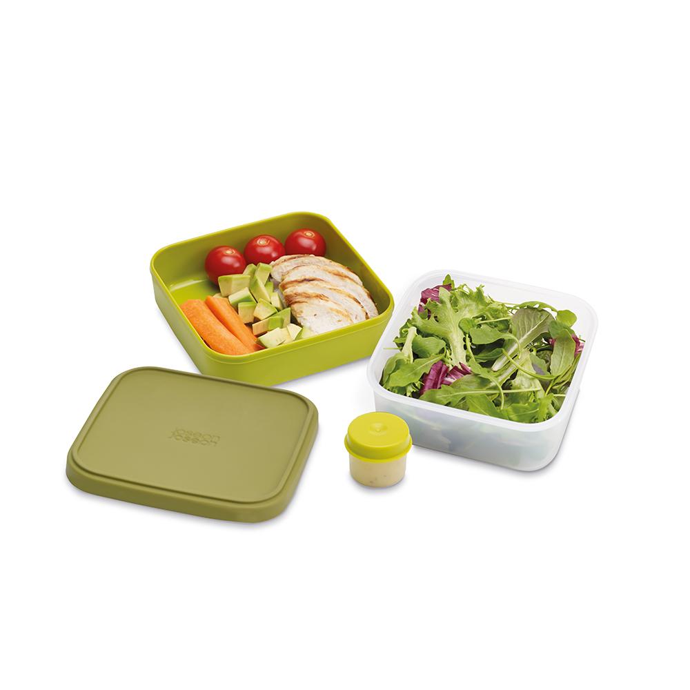 Ланч-бокс для салатов Joseph Joseph GoEat, цвет: зеленый. 81029Аксион Т-33Новая линейка универсальных контейнеров Joseph Joseph GoEat с отдельными ёмкостями для разных продуктов, специально разработана для того, чтобы вы могли брать с собой в офис или на прогулку разные блюда для полноценного обеда. Компактный контейнер для салатов Space-saving salad box идеально подходит для салатов. В верхнюю ёмкость можно положить свежие листья и зелень, в нижнюю основную - другие ингредиенты (овощи, курицу, рыбу и т.д.). Для переноски соуса есть отдельная капсула.Все контейнеры имеют герметичную силиконовую крышку и надёжное блокирующее кольцо, что гарантирует сохранность продуктов и обезопасит от протекания. Когда контейнеры пустые, они легко складываются друг в друга для удобной переноски. Верхняя ёмкость - 400 мл. Нижняя ёмкость - 700 мл.Капсула для соуса - 20 мл . Можно мыть в посудомоечной машине. Контейнеры можно разогревать в микроволновой печи, предварительно удалив кольцо и крышку.