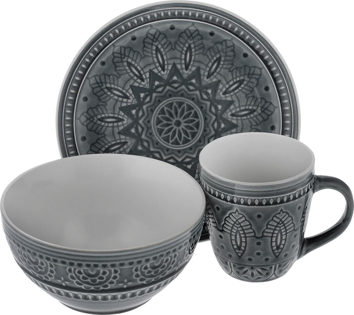 Набор столовой посуды Tongo, цвет: серый, 3 предметаVT-1520(SR)Набор столовой посуды Tongo состоит из салатника, кружки, десертной тарелки. Изделия выполнены из экологически чистой каменной керамики, покрытой сверкающей глазурью. Посуда оформлена изысканным рельефным орнаментом. Поверхность слегка потрескавшаяся, что придает изделию винтажный вид и оттенок старины. Такой набор посуды прекрасно подходит как для торжественных случаев, так и для повседневного использования. Стильный дизайн изящно украсит сервировку стола. Можно использовать в посудомоечной машине и СВЧ. Диаметр десертной тарелки: 20,5 см. Объем салатника: 800 мл. Диаметр салатника (по верхнему краю): 16 см. Высота салатника: 8 см. Объем кружки: 350 мл. Диаметр кружки (по верхнему краю): 9 см. Высота кружки: 10 см.