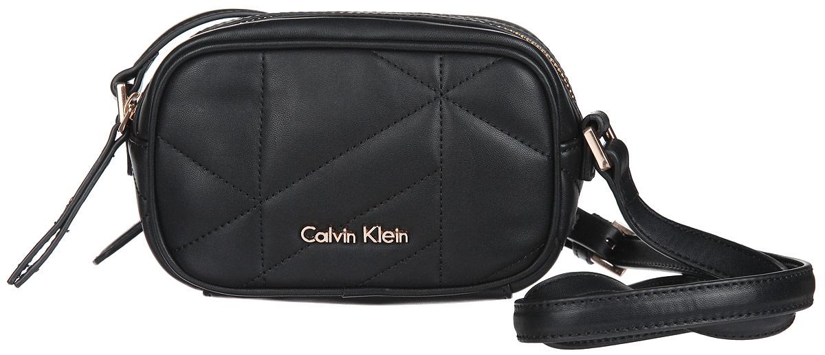 Сумка женская Calvin Klein Jeans, цвет: черный. K60K60100871069с-2Стильная сумка женская Calvin Klein Jeans выполнена из полиуретана и оформлена декоративной строчкой и металлической фурнитурой с символикой бренда.Изделие содержит одно отделение и закрывается на застежку-молнию. Внутри размещен накладной кармашек. Сумка оснащена практичным плечевым ремнем регулируемой длины.Оригинальный аксессуар от Calvin Klein Jeans позволит вам завершить образ и быть неотразимой.