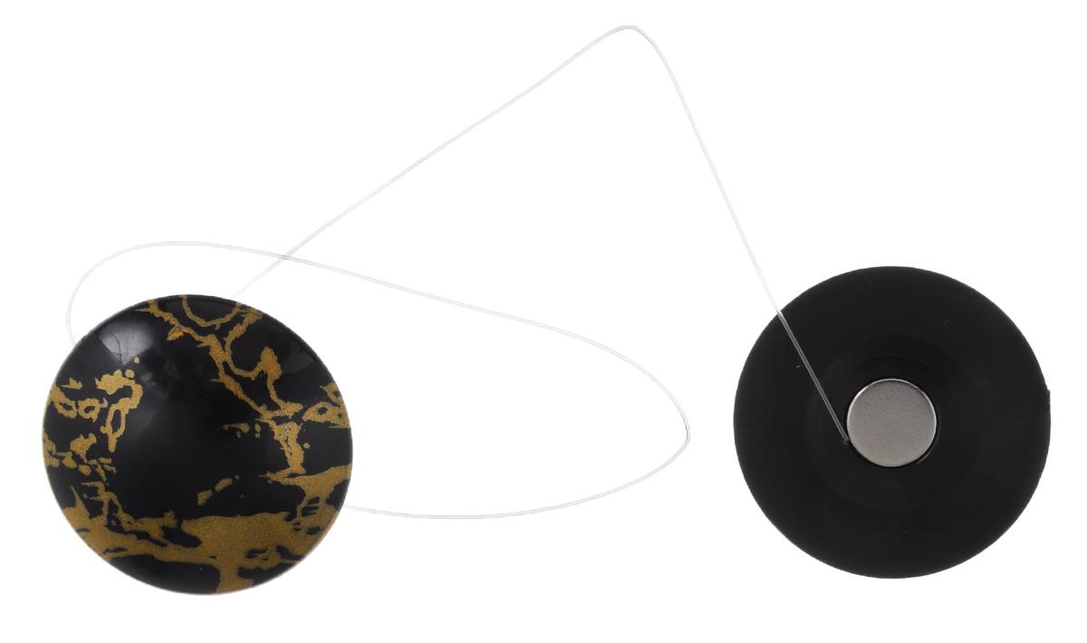 Клипсы магнитные для штор SmolTtx Разводы, с леской, цвет: черный, золотистый, длина 33,5 см, 2 штDAVC150Магнитные клипсы SmolTtx Разводы предназначены для придания формы шторам. Изделие представляет собой соединенные леской два элемента, на внутренней поверхности которых расположены магниты.С помощью такой клипсы можно зафиксировать портьеры, придать им требуемое положение, сделать складки симметричными или приблизить портьеры, скрепить их.Следует отметить, что такие аксессуары для штор выполняют не только практическую функцию, но также являются одной из основных деталей декора, которая придает шторам восхитительный, стильный внешний вид. Длина клипсы (с учетом лески): 33,5 см.Диаметр клипсы: 3,5 см.