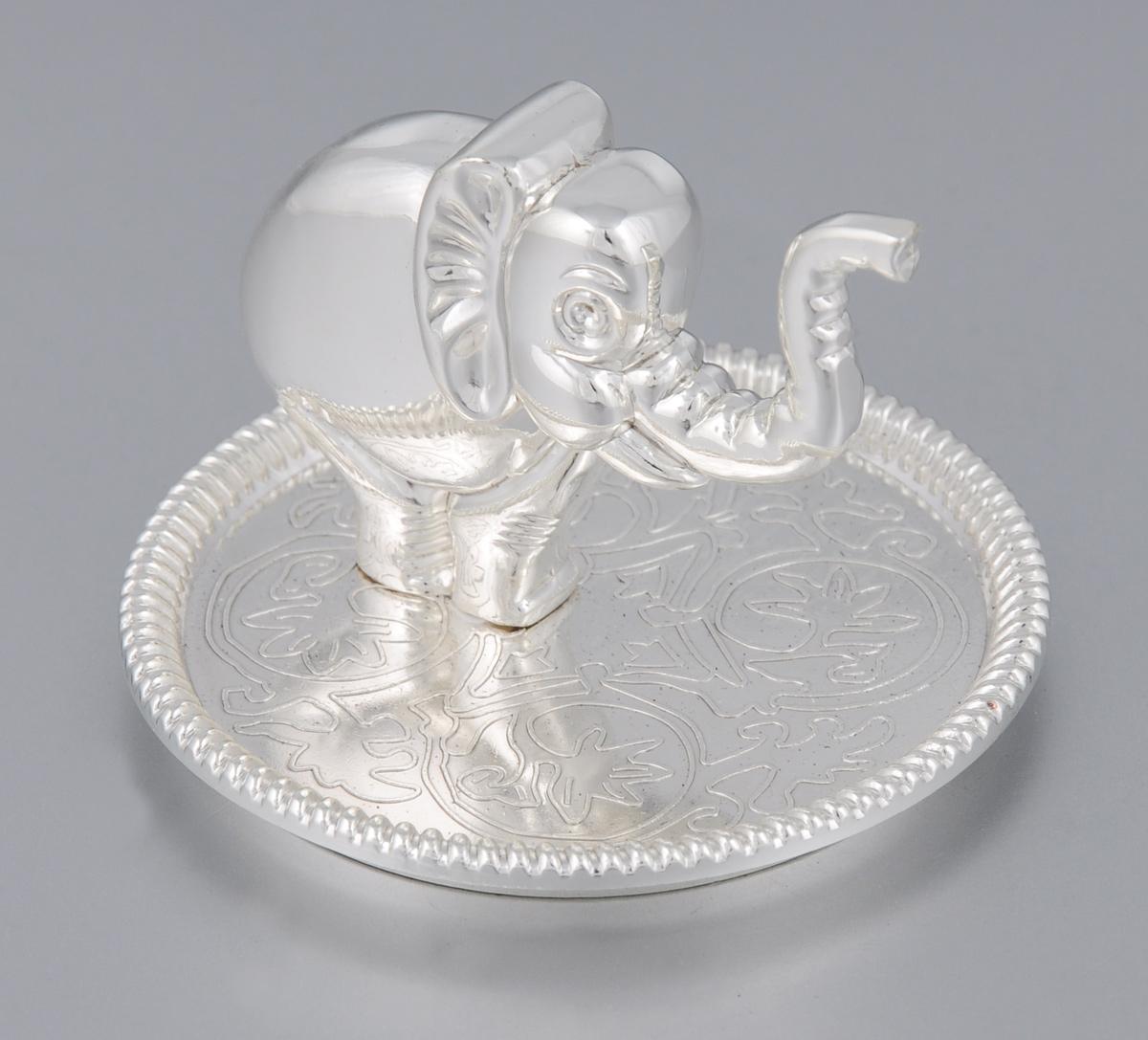 Подставка для украшений Marquis. 4027-MR94672Оригинальная подставка для украшений Marquis изготовлена из высококачественной стали с серебряно-никелевым покрытием. На дне бархатистая ткань, предотвращающая скольжение. Подставка-держатель выполнена в виде слона, на которого можно вешать кольца. Подставка для украшений Marquis благодаря своей практичности и необычности станет не только идеальным подарком представительнице прекрасного пола, но и изысканным украшением интерьера.Диаметр основания: 6,8 см.Высота подставки: 5,5 см.