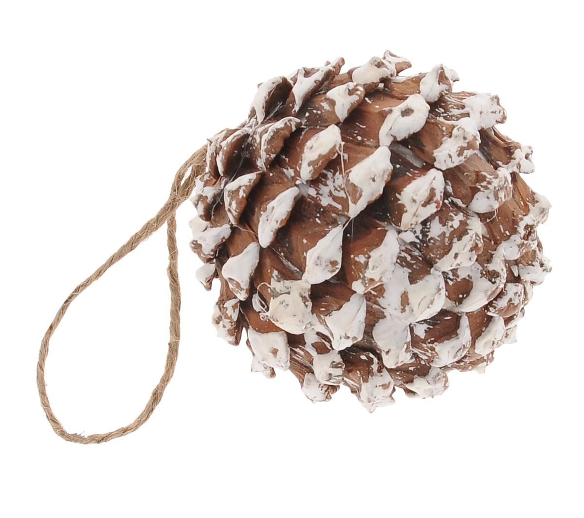 Новогоднее подвесное украшение Winter Wings Шишка, диаметр 8 см97775318Подвесное украшение Winter Wings Шишка, изготовленное из дерева, станет отличным новогодним украшением на елку. Изделие выполнено в виде круглой заснеженной шишки. Подвешивается на елку с помощью текстильной петельки. Ваша зеленая красавица с таким украшением будет выглядеть стильно и волшебно. Создайте в своем доме по-настоящему сказочную атмосферу.