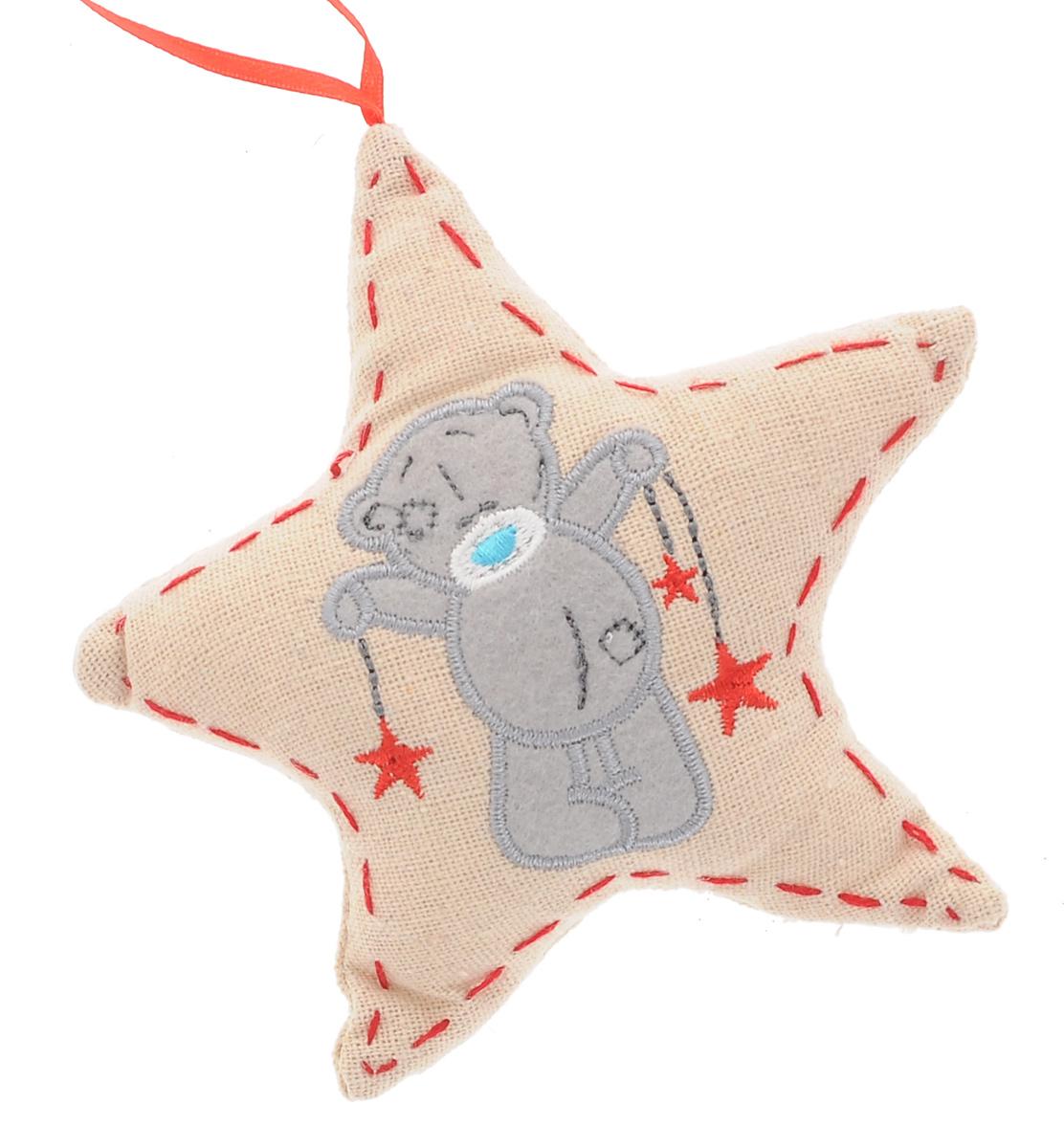 Новогоднее подвесное украшение Me to You ЗвездаSM-23AПодвесное украшение Me to You Звезда, выполненное из полиэстера, станет отличным новогодним украшением на елку. Изделие декорировано красной строчкой и вышивкой в виде мишки Me to You со звездочками. Подвешивается на елку с помощью текстильной петельки. Ваша зеленая красавица с таким украшением будет выглядеть оригинально и современно. Создайте в своем доме по-настоящему сказочную атмосферу. Кроме того, это украшение может стать не только деталью интерьера в квартире, но и актуальным подарком для ваших друзей и родных.
