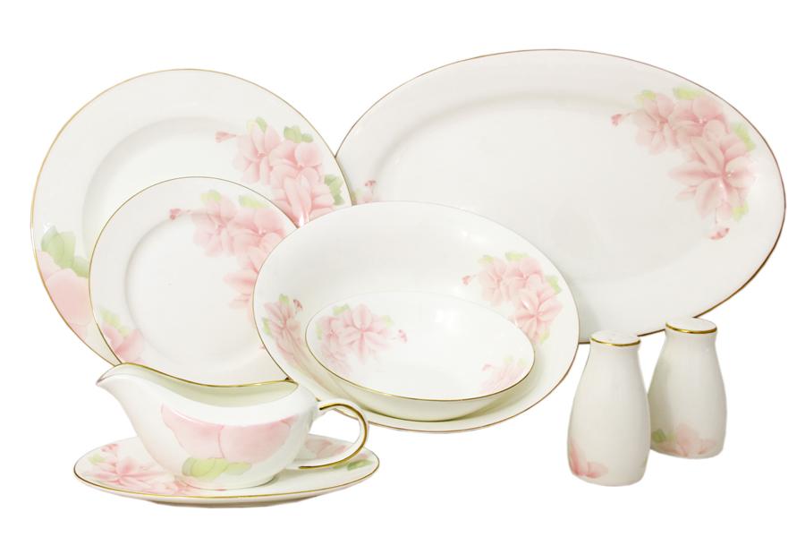 Обеденный сервиз Розовые цветы 27 предметов на 6 персон. E5-HV004011/27-ALE5-15-606/27-ALЧайная и обеденная столовая посуда торговой марки Emerald произведена из высококачественного костяного фарфора. Благодаря высокому качеству исполнения, разнообразным декорам и оптимальному соотношению цена – качество, посуда Emerald завоевала огромную популярность у покупателей и пользуется неизменно высоким спросом. Поверхность изделий покрыта превосходной сверкающей глазурью, не содержащей свинца.