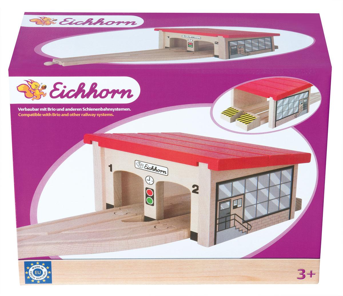 """Паровозное депо """"Eichhorn"""" станет прекрасным дополнением при постройке детской железной дороги. В комплект входят элементы рельсов, здание депо и ограничители. Все элементы выполнены из экологически чистых материалов, безопасных для детского здоровья, а их поверхности гладкие. Депо позволяет разместить под своей крышей два паровоза, тепловоза или вагончика для отдыха или планового ремонта. Паровозное депо """"Eichhorn"""" обязательно порадует вашего малыша и разнообразит его игры. Железные дороги позволяют ребенку не только получать удовольствие от игры, но и развивать пространственное воображение, мелкую моторику и координацию движений. Совместим со всеми стандартными наборами """"Eichhorn"""" и наборами """"Brio""""."""