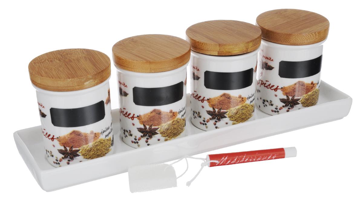 Набор банок для сыпучих Nuova R2S Специи, с мелком и подносом, 6 предметовVT-1520(SR)Набор банок Nuova R2S Специи, выполненный из высококачественного фарфора белого цвета, оформлен изображением различных продуктов и кухонных принадлежностей. В банках будет удобно хранить разнообразные специи. Изделия надежно закрываются деревянными крышками с силиконовым уплотнителем. На банках имеется специальное черное поле для нанесения записей мелом (входит в комплект). Таким образом, вы сможете отмечать, что находится в банке. В комплекте поднос для банок, выполненный из высококачественного фарфора.Оригинальный набор Nuova R2S Специи станет незаменимым помощником на кухне.Можно использовать в микроволновой печи и мыть в посудомоечной машине.Размер банок: 6,2 см х 6,2 см х 7,7 см.Длина мелка: 7,2 см.Размер подноса: 28 см х 8 см х 2 см.
