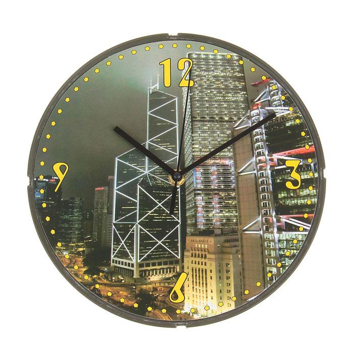 Часы настенные Мегаполис. 72950594672Оригинальные настенные часы Мегаполис круглой формы выполнены из пластика. Часы имеют три стрелки - часовую, минутную и секундную. Циферблат часов защищен пластиком. Необычное дизайнерское решение и качество исполнения придутся по вкусу каждому. Оформите совой дом таким интерьерным аксессуаром или преподнесите его в качестве презента друзьям, и они оценят ваш оригинальный вкус и неординарность подарка. Характеристики:Материал: пластик, металл. Размер: 4 см x 25 см x 25 см. Размер упаковки: 24,5 см х 24,5 см х 4 см. Артикул:729505. Работают от батарейки типа АА (в комплект не входит).