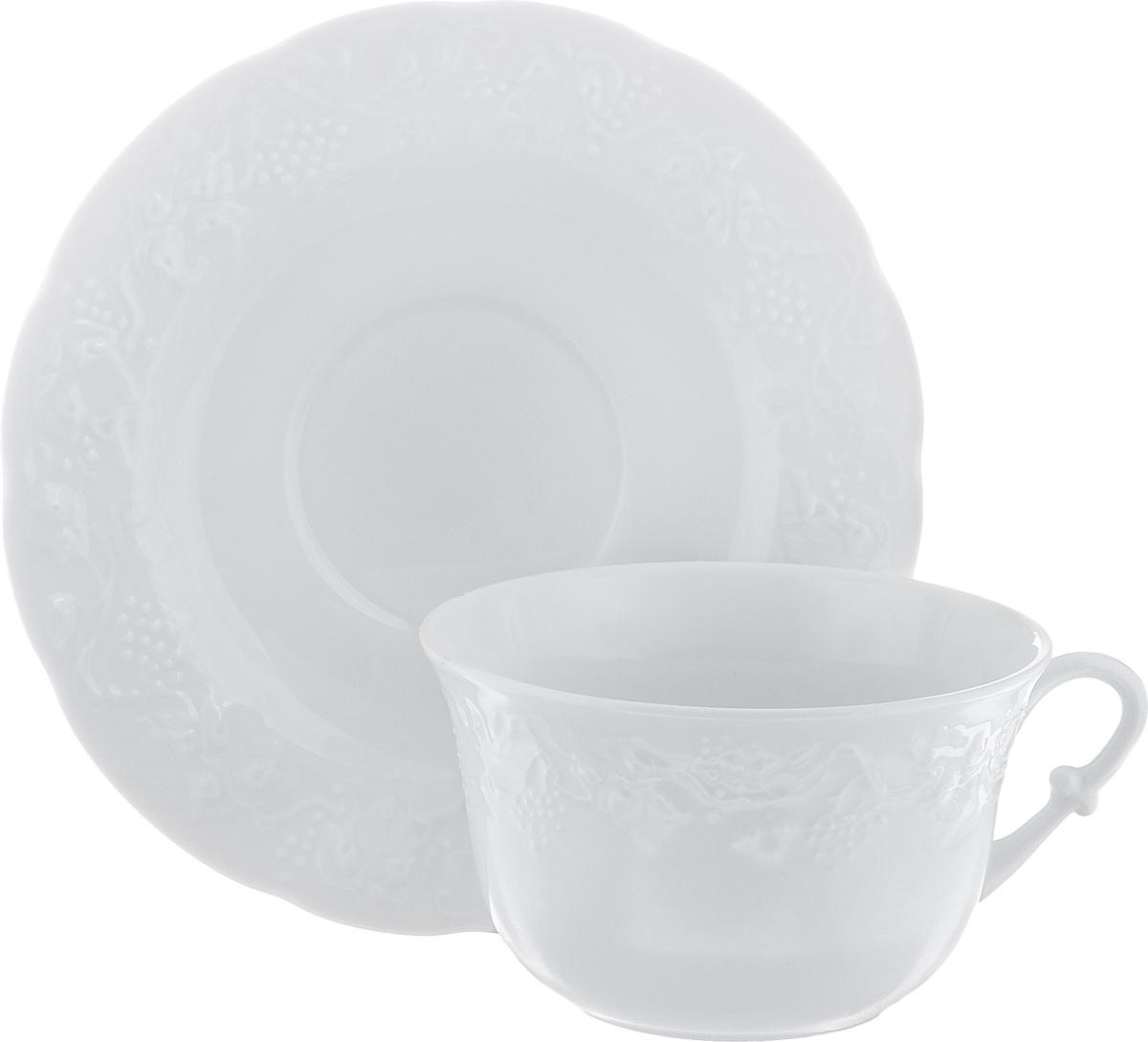 Чайная пара Yves De La Rosiere Vendanges, цвет: белый, 2 предмета693534Чайная пара Yves De La Rosiere Vendanges состоит из чашки и блюдца. Изделия выполнены из высококачественного фарфора и украшены изысканным рельефом. Фарфор марки Yves De La Rosiere изготавливается из уникальной белой глины, которая добывается во Франции, в знаменитой провинции Лимож. Особые свойства этой глины, открытые еще в 18 веке, позволяют создать удивительно тонкую, легкую и при этом прочную посуду. Лиможский фарфор известен по всему миру. Это символ утонченности, аристократизма и знак высокого вкуса. Преимущества этого фарфора заключаются в устойчивости к сколам и трещинам, что возможно благодаря двойному термическому обжигу. Объем чашки: 340 мл. Диаметр чашки (по верхнему краю): 11,5 см. Высота чашки: 7 см. Диаметр блюдца: 17,5 см.Высота блюдца: 2 см.